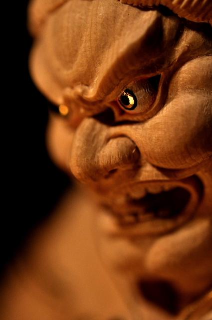 仏像彫刻原田 持国天像(じこくてんぞう) 【持国天】四天王の一尊、東方を護る守護神。本来はインド神話に登場する雷神インドラ(帝釈天)の配下で、後に仏教に守護神として取り入れられた。梵名ドゥリタラーシュトラ 『国を支える者』。憤怒の形相で外敵を退け、人々の煩悩を断ち切り、釈尊の教えへと導く。