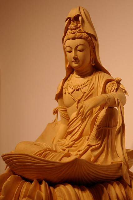 仏像彫刻原田謹刻 一葉観音像(いちようかんのんぞう) 大海に浮かぶ蓮の華弁の上に安坐したお姿です。 曹洞宗の開祖 道元禅師様が、仏法を求め中国に渡られ、修行を終え帰路の折、大変な嵐に遭遇され、危うく命を落すところでした。が、船上で端座し観音経を念誦すると一葉に乗った観音様が波の上に現れ、やがて荒海が凪いでその後の航海も無事に遂げられたとのことです。