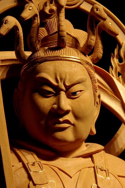 仏像彫刻原田謹刻 沙羯羅王像(しゃがらおうぞう) サンスクリット語のサーガラ・ナーガ・ラージャの音写(娑伽羅~しゃから とも)で、大海龍王と訳される。護法神である八大龍王の一尊。「法華経」には、この龍王の八歳になる娘が聞法修行して悟りを得る「龍女成仏」のエピソードが説かれている。