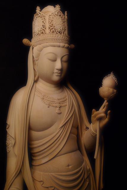 仏像彫刻原田謹刻 虚空蔵菩薩像(こくうぞうぼさつぞう) 【虚空蔵菩薩】 虚空の様に無限の功徳を蔵するとされる菩薩。サンスクリット語アカーシャガルバの訳。無量の福徳・智慧を具え、これをつねに衆生に与えて諸願を成就させる菩薩である。