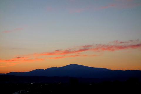 山形市から望む月山の姿は、時に優美で、時に艶めかしくさえあります。