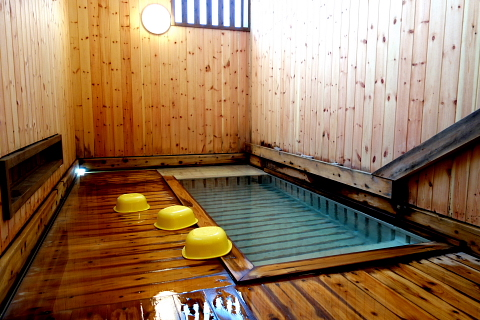 硫黄泉です。熱いですが、気持ちの良いお湯です。「温泉に入った!」という満足感があります。200円です。