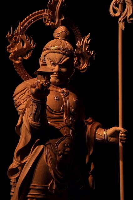 仏像彫刻原田謹刻  毘沙門天像 サンスクリット名Vaiśravaṇaを写したもので多聞天とも訳す。古代インド神話中のクベラ(Kuvera,俱尾羅)が仏教にとり入れられた。四天王の一尊として北方をつかさどり,また財宝富貴をも守るといわれる。密教においては十二天の一尊であり,やはり北方に位置される。