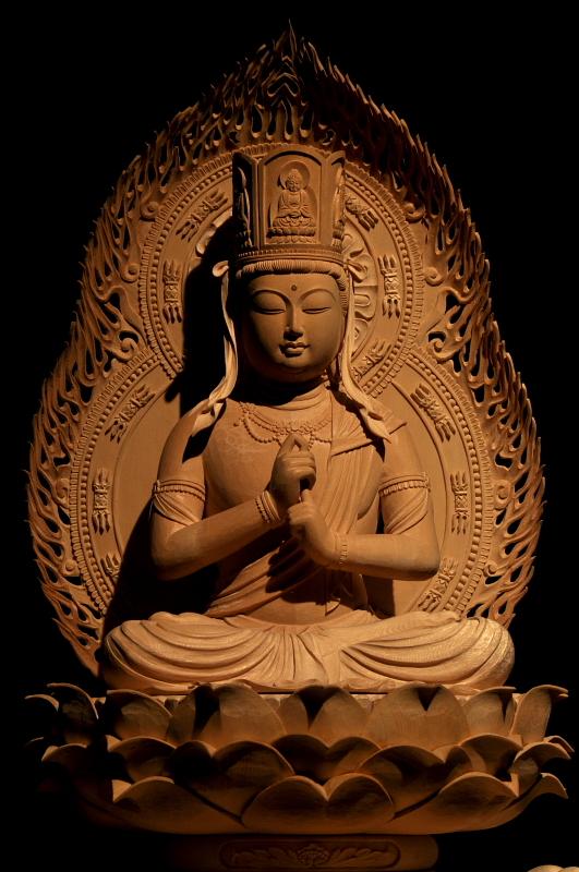 大日如来像 未年申年生まれの守り本尊 宇宙の実相を体現する根本仏。日本には平安時代前期,空海による密教導入にともない伝来。大日経と金剛頂経の説く二つの種類があり,如来でありながら菩薩の形をとる。高野山金剛峰寺(こんごうぶじ)の像が有名。多宝塔,五輪塔もその象徴とされる。