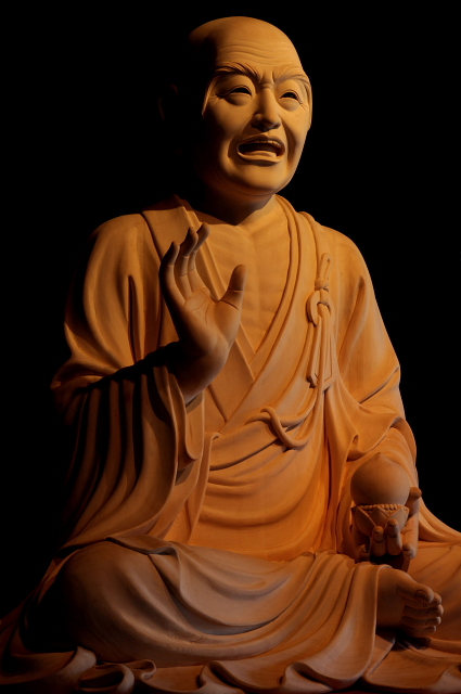 お釈迦様の弟子。弟子中でも獅子吼(ししく)第一と称される。また十六羅漢の一人。この像を堂の前に置き、撫でると除病の功徳があるとされ、なで仏の風習が広がった。「おびんづるさん」「おびんづるさま」と呼ばれ親しまれてきた。