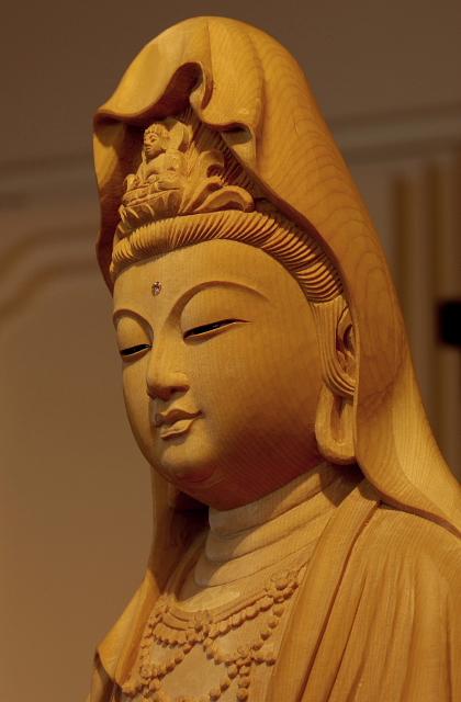 仏像彫刻原田謹刻 白衣観音像(びゃくえかんのんぞう) 観音菩薩のかぎりない慈悲の心は白処に住むとするところから,白処尊菩薩とも呼ばれて信仰されてきた。過去の儀軌にとらわれることなく,三十三身に変化して一切の苦悩を消散せしめ,不吉を転じて吉祥となす。