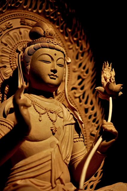 辰年巳年生まれの守り本尊 梵名のサマンタ・バドラとは「普く賢い者」の意味であり、彼が世界にあまねく現れ、仏の慈悲と理知を顕して人々を救う賢者である事を意味する。また、女人成仏を説く法華経に登場することから、特に女性の信仰を集めた。文殊菩薩とともに釈迦如来の脇侍として祀られることが多い。白象にのった姿であらわされる。