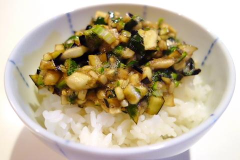 夏野菜を刻んだものを醤油で和えただけのおかずです。家庭によって、またはその時に揃う野菜によって何を使うかまちまちですが、我が家では、茄子、大葉、オクラ、ミョウガを使います。シンプルですが、新鮮な材料を使って作ると、びっくりするくらいご飯がすすむ山形の夏の味です。