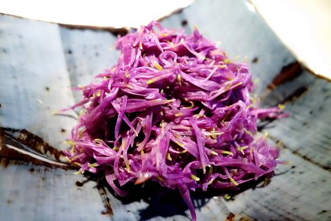 山形県人は菊の花をおひたしににして食べます。シャキシャキした歯ごたえと、ほのかな香り、そして若干の苦みは秋を実感させます。お酢と醤油をかけて頂きますが、白和えなども美味です。