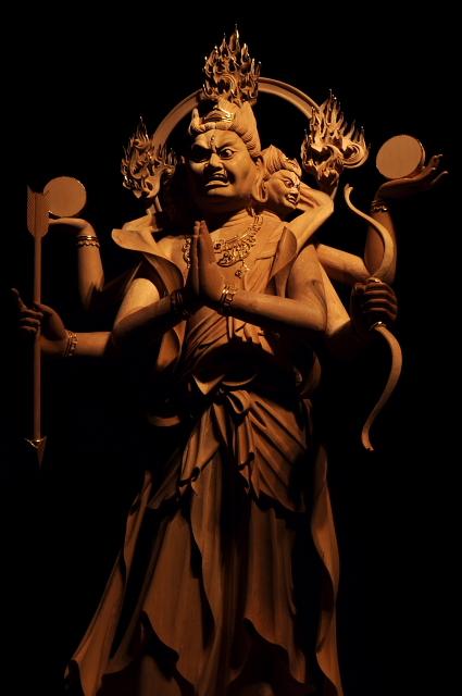 仏像彫刻原田謹刻 阿修羅像(あしゅらぞう) 仏法を守護する天竜八部衆の一。 元来は古代インドの神で,帝釈天(たいしゃくてん)とたたかう鬼神であるが,仏教では八部衆のひとつとして仏法をまもる。サンスクリットasuraの音写であり、修羅とも略される。修羅の巷(ちまた),修羅場などの語はここから起こった。