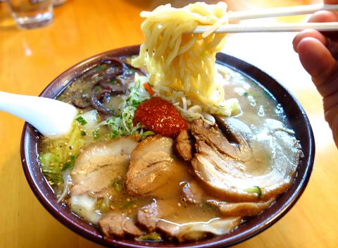 E.YAZAWAに心酔する大将が、厨房というステージで、心をこめて仕上げる魂の一杯!もっちり自家製麺に優しい味のスープ・・・思い出すと唾が溢れます。