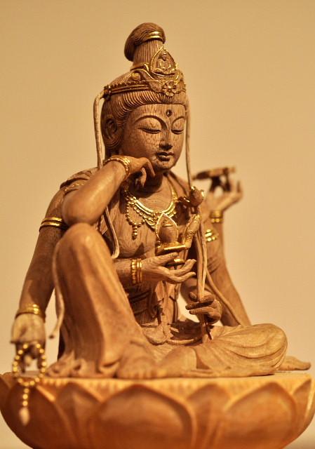 仏像彫刻原田謹刻 如意輪観音像 像高6㎝ 【如意輪観音】 サンスクリット名チンターマニチャクラ。如意宝珠と法輪の力によって,生きとし生けるものを救済するという菩薩。手に意のままに宝を出すという如意宝珠を持ち、いっさいの人々の願いを満たすので、如意輪観音の名がある。財宝を富ませ、苦悩する衆生を救うという。延寿・安産・除難を祈願して功徳あり。 ◆「庭の木を諸事情で伐りました。小さい頃から共に成長してきた家族の様な存在で、このまま処分してしまうのは申し訳なく感じています。小さくてもいいですから、その木でお姿を造っていただけないでしょうか?」 そんなご依頼をいただき謹刻させていただきました。納めさせていただいた際の、ご家族の安心されたご様子、目を細め喜んでいただいたご様子・・・・思い出すと今でも嬉しい気持ちが甦って参ります。